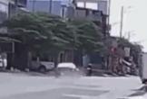 Clip: Ô tô phóng tốc độ kinh hoàng, tông văng bé trai lên nóc nhà dân