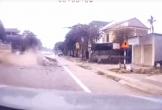 Lao vào đầu xe tải, ô tô con nát đầu sau cú tông kinh hoàng