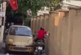 Ô tô và xe máy thi gan, người dân trèo lên tường
