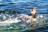 Thuyền chở 12 người lật giữa sông, 3 người mất tích