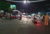 Đi xe máy qua đường, cả nhà 3 người thương vong dưới gầm xe khách
