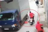 Clip: Rùng mình cảnh mẹ bất cẩn để con rơi xuống đường, suýt chết dưới bánh xe tải