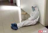 Chuyện xúc động phía sau bức ảnh bác sĩ chống virus corona ngủ gục cạnh tường trong bệnh viện