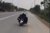 Thanh niên phóng xe máy như bay, lạng lách trên đường khiến bạn ngồi sau ngã sấp mặt