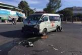 Xe cứu thương bị ôtô đâm giữa ngã tư