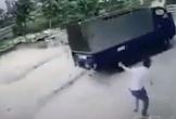 Tập lái xe tải, người phụ nữ tông trúng 2 em nhỏ đang chơi trên vỉa hè