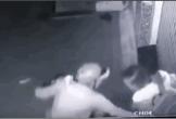 Clip: Cô gái bị gã đàn ông sàm sỡ 2 lần ngay trước cửa nhà