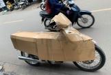 Anh chàng dùng bìa bọc xe máy chống nắng kiểu kỳ dị, dân mạng lo ra đường chẳng an toàn, không nên làm theo