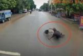 Tài xế phản xạ xuất thần, cứu mạng cụ ông đi xe đạp tự ngã trước đầu xe