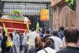 Dòng người đưa linh cữu học sinh tử nạn ngang qua trường học
