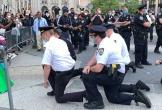 Cảnh sát Mỹ quỳ gối cùng người biểu tình trước cái chết của George Floyd