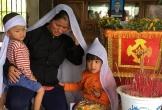 Nhói lòng cảnh vợ mang thai tay dắt tay bồng con thơ khóc nghẹn bên linh cữu người chồng xấu số
