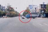 Vô tư vượt đèn đỏ, người phụ nữ bị xe tải kéo lê trên đường