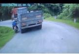 Cố tình vượt ẩu, đôi nam nữ suýt bị container ép lao xuống vực
