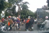 Người đàn ông chửi bới, lôi tài xế ra khỏi xe rồi đánh gục giữa đường