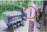 Clip: Kinh hoàng cảnh xe máy chạy lấn làn, đâm trực diện vào đầu xe tải