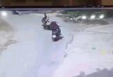 Clip: Xe máy vào cua đấu đầu xe đạp điện, 3 người văng xuống đường