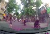 Cô gái đứng vén váy giữa phố, hành động 'lạ' khiến cộng đồng mạng dậy sóng