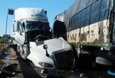 Xe tải và container nát bét sau cú đối đầu, 3 người thương vong
