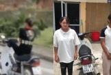 Nữ sinh 15 tuổi không đội mũ bảo hiểm, điều khiển xe máy bằng chân
