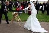 Kỳ lạ phong tục vợ chồng cùng cưa gỗ để hạnh phúc bền lâu