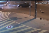 Cố tình vượt đèn đỏ, nam thanh niên bay qua nóc ô tô sau cú tông kinh hoàng