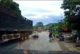 Loạng choạng tay lái, người phụ nữ suýt mất mạng dưới bánh xe đầu kéo
