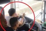 Thót tim cảnh tài xế xe giường nằm ở Nghệ An vừa lái xe đường dài vừa xì xụp ăn mì tôm