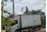 Người đàn ông 'ngáo đá' cầm hung khí chặn phương tiện, doạ chém tài xế