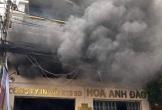 Cháy lớn ở công ty may, nhiều người cột dây vải nhảy xuống đất
