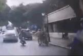 Clip: Nam thanh niên dắt xe máy chạy CSGT sau vi phạm và cái kết