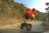 Thót tim với pha xe máy đâm trực diện ôtô