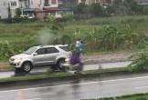 Cặp đôi cãi nhau dưới trời mưa, màn