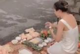 Không đòi được nợ, người phụ nữ mang vàng hương đến nhà con nợ cúng bái
