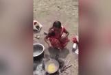 Sốc cảnh chồng bắt vợ nhúng tay vào chảo dầu đang sôi