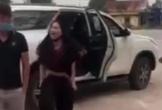 Phản cảm cảnh người phụ nữ 'tụt quần', chửi bới trước cổng đền