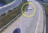Kinh hoàng ôtô 16 chỗ tông vào dải phân cách, 7 người văng ra ngoài