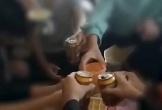 Cô giáo quay clip, cổ vũ học sinh lớp 9 uống bia