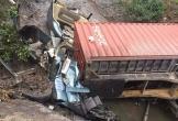 Xe container lao xuống mương nước, tài xế tử vong