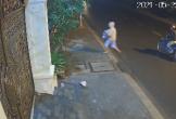 Camera an ninh ghi lại cảnh 2 người phụ nữ đem bỏ bé trai còn nguyên dây rốn ở bãi đất trống lúc nửa đêm