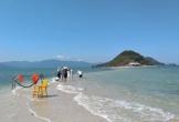 Nha Trang tấp nập du khách đi biển, nhiều người 'bỏ quên' khẩu trang