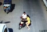 Đang đi đường, người phụ nữ bị khống chế cướp xe máy giữa phố